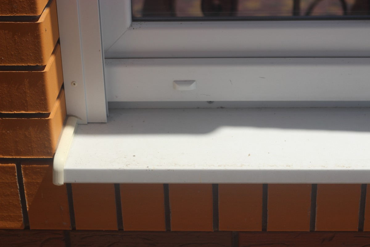 Алюминиевый отлив ТМ КОРСА. Также окно оборудовано роллетой.