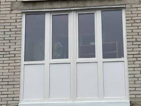 Многоэтажка с застекленными балконами и окнами