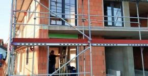 Остекление здания пластиковыми окнами и дверями