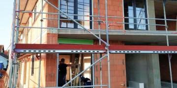 Скління будівлі пластиковими вікнами і дверима