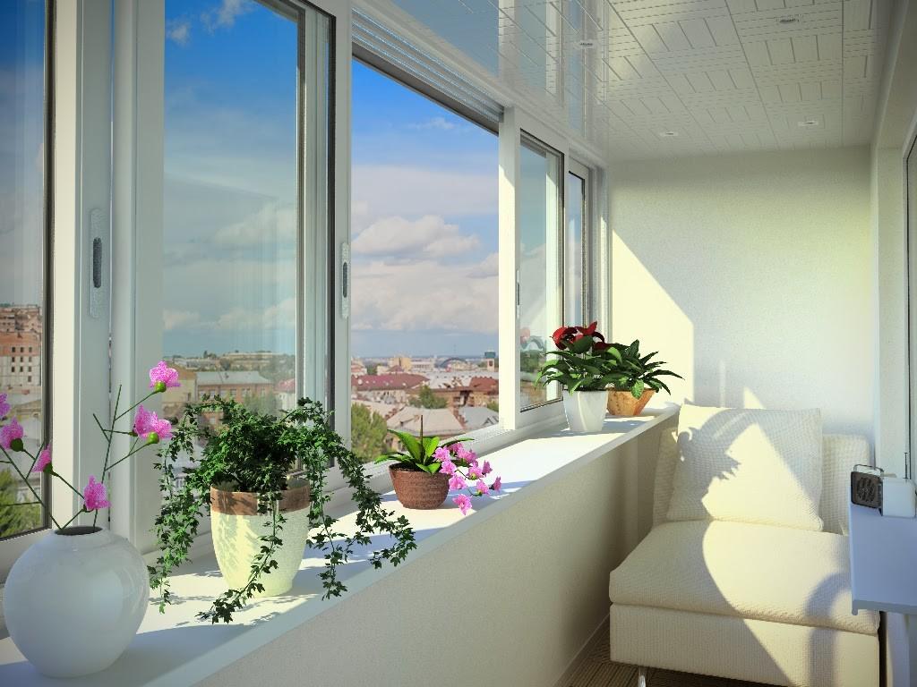 Балкон с пластиковыми раздвижными рамами..